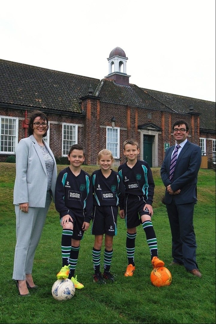 Templeton Robinson team up with junior football stars